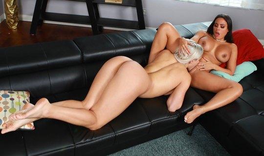 Лесбиянки на диване вылизывают друг другу сочные щелочки и д...