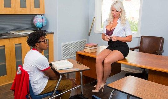 Негр студент прогнула в позу мамку и трахнул ее прямо на сто...