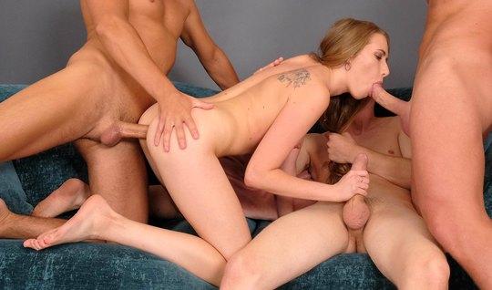 Трое русских парней натягивают рот, очко и пизду девки на бо...