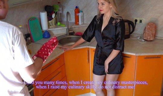 Русская жена в черном халатике кончает от домашней измены с ...