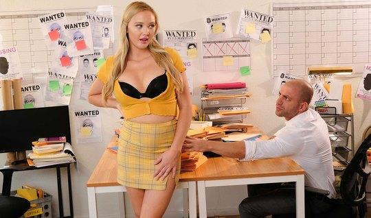 Блондинка в офисе лезет в ширинку коллеги и смокчет здоровен...