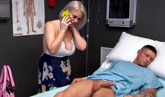 Зрелая мамка ласкает в палате бритый член пациента и хочет в...