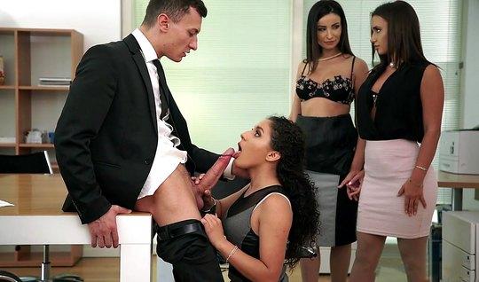 В офисе начальник получает с тремя красотками групповушку и ...