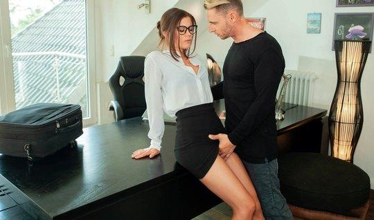 В офисе премиум начальница готова задрать юбку и трахнуться ...