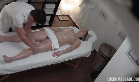 Чешский парень отодрал стройную клиентку во время массажа...