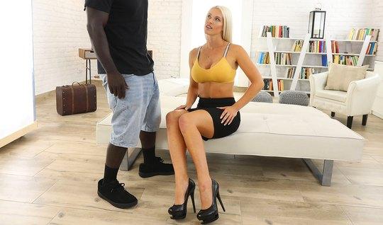 Пышная блондинка очень любит анальное порно от черного друга...