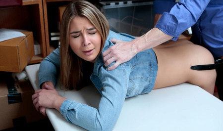 Менеджер сношает раком симпатичную телку на столе...