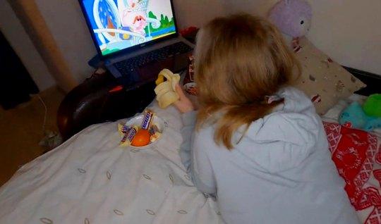 Молодая русская парочка в спальне снимают домашнее порно...