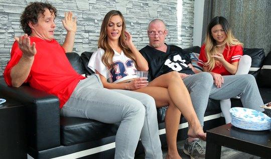 Парень и его подружка участвуют в групповухе с родителями св...