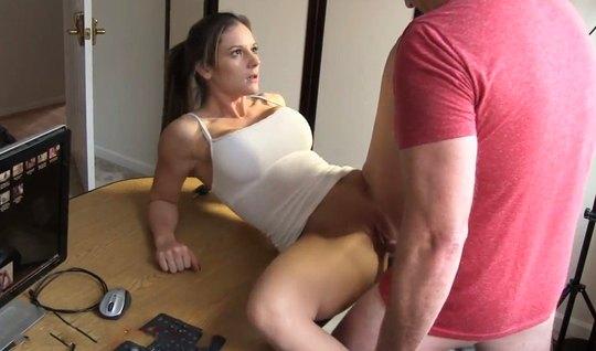 Домашнее порно одной девушки и парня на компьютерном столе з...