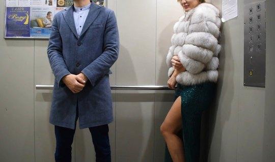 Сладкая русская парочка в лифте занимаются съемками секса в ...