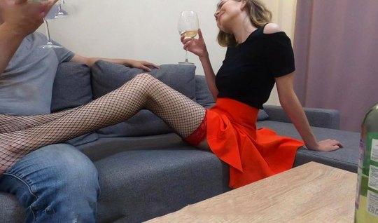 Русская пьяная девушка в чулках стала звездой откровенного д...