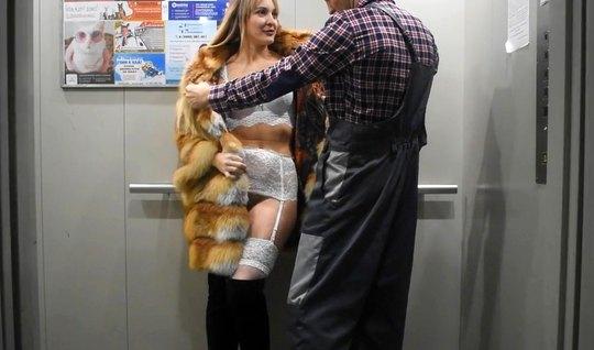 Русская блондинка в чулках трахается с любовником в лифте и ...