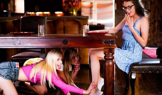 Лесбиянки за столом устроили реальный секс втроем и кончают ...