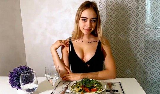 Русская девушка в чулках от первого лица подставляет киску д...