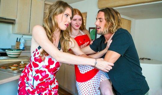 Рыжая девушка со своей мамочкой дарят парню реальное группов...