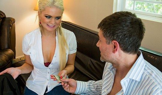 Татуированная блондинка мамка трахается с пареньком и вот-во...