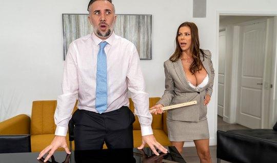 Мамка с большими сиськами в офисе решила потрахаться и кончи...