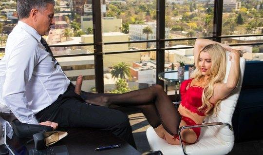 В офисе секретарша раздвигает ноги и трахается с мужиком нач...