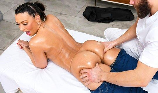 Мамочка с большими сиськами предпочитает массаж и горячий тр...