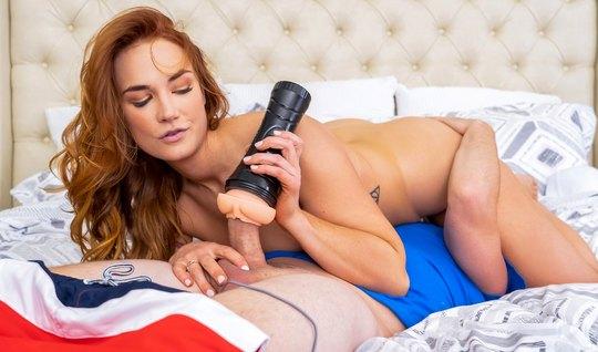 Рыжая девушка после секс игрушки напрашивается на порнуху с ...