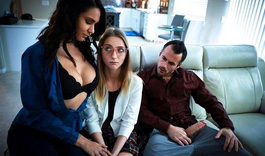 Мамка и ее падчерица подарили мужику реальное групповое порн...