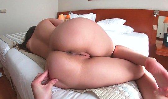 Подружка раздвигает ноги для съемки домашнего порно и оргазм...