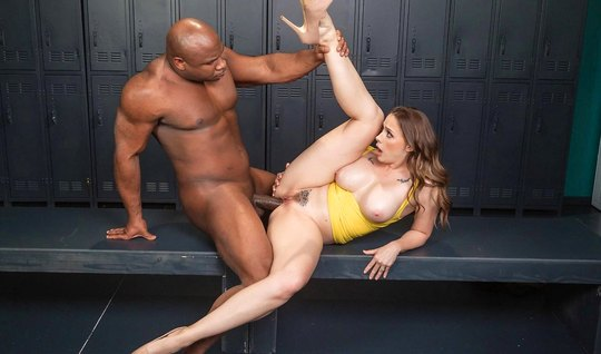 Негр с большим толстым членом жадно трахает партнершу и дово...