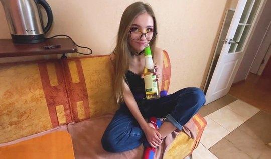 Русская худая девушка в очках занимается сексом на столе и к...