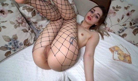Русская домработница раздвигает ноги в чулках для домашнего ...