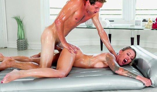 Студентка с большими сиськами во время массажа раздвигает но...