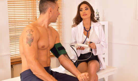 В офисе развратница в форме медсестры занимается сексом и ко...