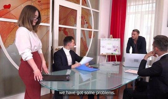 Секретарша из России во время групповухи получает двойное пр...