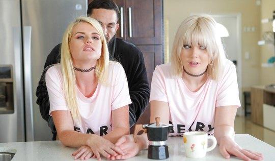 Две блондинки на диване устроили бородатому парню групповой ...