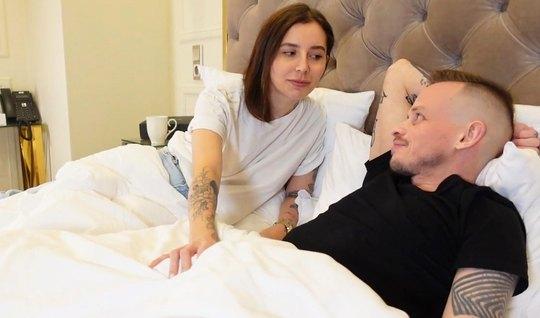 Татуированная шлюшка решила изменить русскому мужу и сняться...