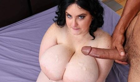 Жирная милфа с большим бюстом занимается сексом с крепким па...