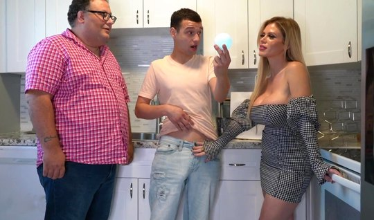 Мамочка с большими сиськами изменяет мужу с его сыном прямо ...