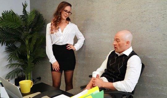 В офисе телка готова заниматься сексом и стоять в разных поз...