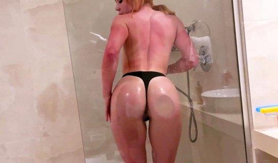 Рыжая девушка прямо в ванной вместе с русским парнем снимают...