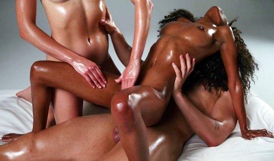 Нежный массаж для мулатки завершается горячей дрочкой и секс...
