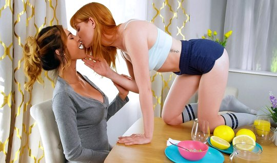 Рыжие лесбиянки устроили друг другу оральные игры с мощным о...