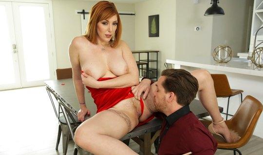 Рыжая красотка с большими сиськами раздвигает ноги для секса...