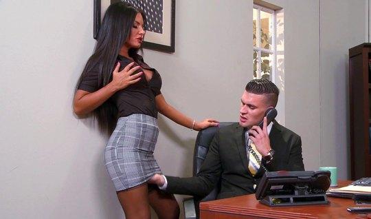 Секретарша в чулках прямо в офисе подставляет сочную дырку д...