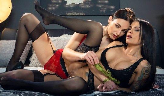 Две лесбиянки в чулках после куни наслаждаются мастурбацией ...