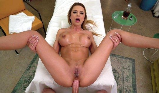 После массажа девушка с большими сиськами подставляет попу д...