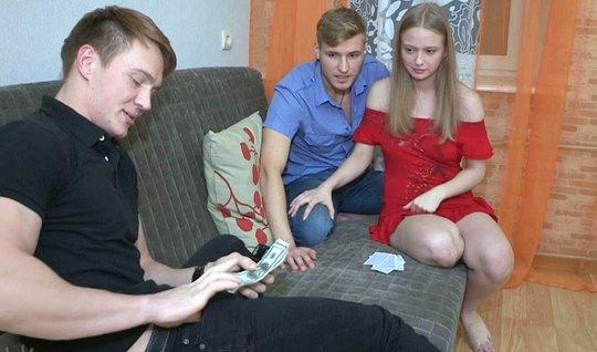 Молодая русская девушка не прочь измениь своему парню с его ...