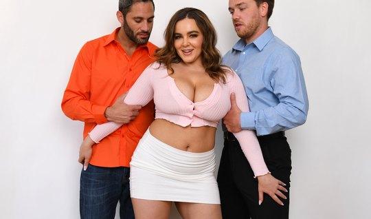 Наталья с большими сиськами не прочь устроить групповое порн...