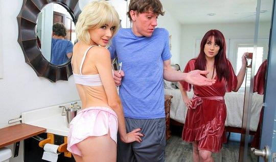 Блондинка соблазнила своего брата для секса и оргазма перед ...