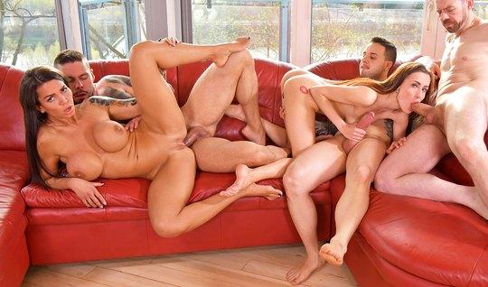 Парочки на красном диване устроили оргию с двойным проникнов...