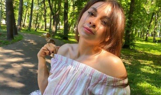 Русская девушка с красивой грудью подставляет сочную щель дл...